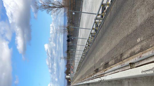 Dienstag den 18.02.2020 es ist 11,15 Uhr es sind 8 Mann auf der Brücke unter der Brücke 3 Mann Brücke hat sehr hohe Belastung von PCB das konnte in den 6 Jahren nicht festgestellt werden wo die Ausschreibung lief ?