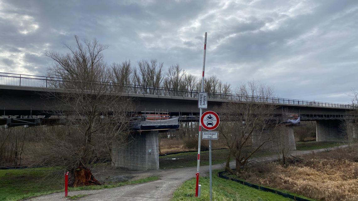 Es ist der 13.02.2020 es ist 11,15 Uhr 5 Mann am Betonieren 3 Mann am Moniereisen legen 1 Mann unter Brücke am Abstrahlen Keiner Schweißt.